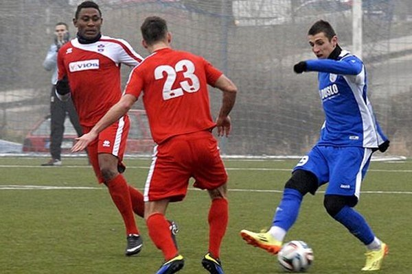 Dva góly víťazov strelil Kamerunčan Tawamba Kana. Vpravo Lukáš Szabó.