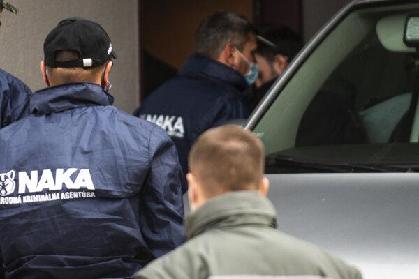 Policajná eskorta a príslušníci Národnej kriminálnej agentúry privádzajú vysokého policajného funkcionára Norberta Pakšiho a špeciálneho prokurátora Dušana Kováčika na pojednávanie na Špecializovaný trestný súd v Pezinku.