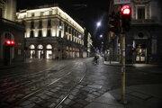 Prázdne ulice nočného Milána.