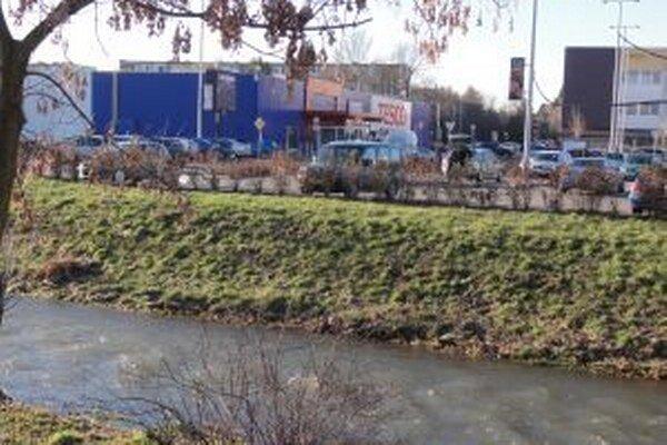 V týchto priestoroch medzi Tescom a Billou by Zlatomoravčania chceli nový most.