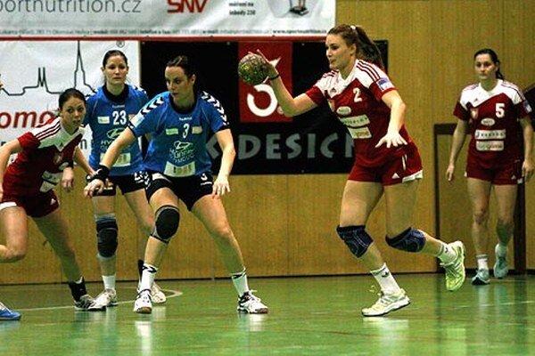 S loptou Šalianka Karin Bujnochová.