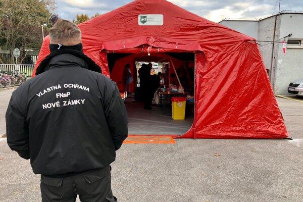 Červený stan je opäť rozložený pri vstupe do Fakultnej nemocnice s poliklinikou Nové Zámky.