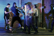 Polícia v konfrontácii s demonštrantmi počas násilných protestov vo Philadelphii.
