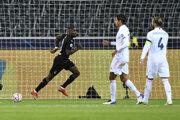 Francúzsky útočník Marcus Thuram (v čiernom) otvára skóre zápasu proti Realu Madrid.