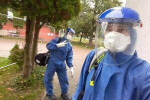 Na väčšinu výjazdov sa záchranár Šimon Harčarik s kolegami oblieka do ochranných oblekov, na tvári má filter FFP3 a štít. Na rukách majú tri páry rukavíc, aby boli čo možno najviac chránení.