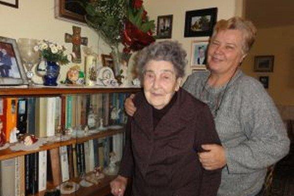 Stodvaročná Alžbeta so Zorou Heiserovou, ktorá sa o ňu stará.