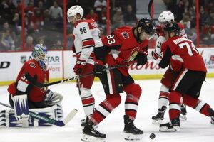 Christián Jaroš (v strede) v drese Ottawa Senators.