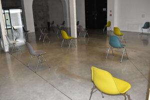 Priestor Kulturparku má rozmiestnené stoličky v rozostupoch.