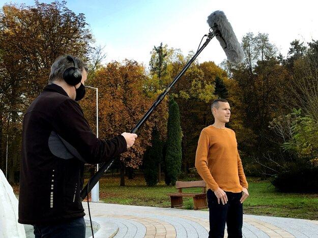 V agentúre vyrábajú aj videá a televízne spoty, nahrávajú k nim hlasové komentáre. Často pracujú v teréne. Minulý týždeň nahrávali spot s Matejom Tóthom v Dudinciach.