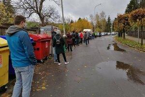 Na Bakossovej čaká aktuálne asi 100 ľudí.