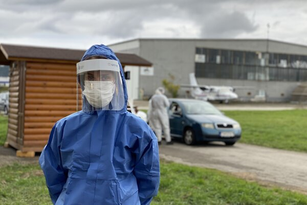 Monika Chochlíková v roli dobrovoľníčky na trenčianskom letisku počas prvého dňa plošného testovania.