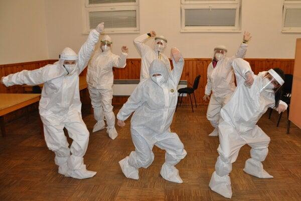 Takto sa v nedeľu bavil testovací tím na odbernom mieste v Pribiši.