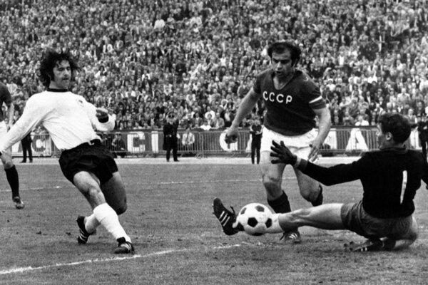 Gerd Müller strieľa v roku 1972 gól do siete Sovietskeho zväzu.