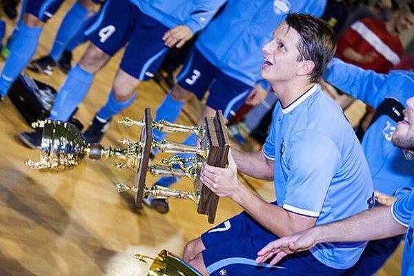 Matúš Paukner a jeho radosť zo zisku víťaznej trofeje.