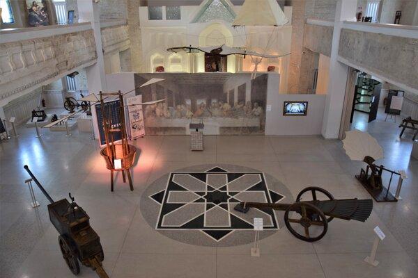 Synagógu v Lučenci naplnili vynálezy Leonarda da Vinci i ukážka jeho výtvarných diel. Výstava je od 3.novembra opäť prístupná pre verejnosť.