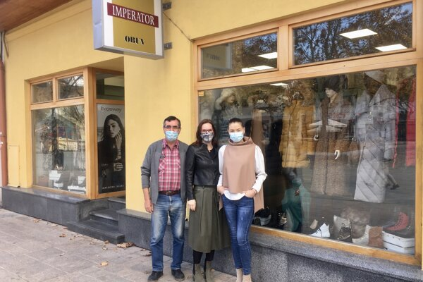 Majiteľka obchodíku s oblečením v centre mesta považuje kroky od vlády za nelogické a nespravodlivé.