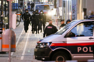 Ozbrojení policajti strážia ulicu na mieste pondelkovej streľby v centre Viedne.