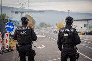 Posilnená policajná kontrola na hraniciach Slovensko - Rakúsko, kvôli teroristickému útoku vo Viedni.