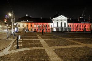 Prezidentský palác v Bratislave vysvietený v rakúskych národných farbách na znak solidarity s Rakúskom.