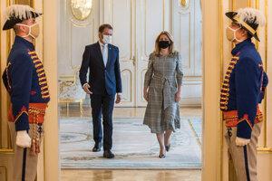 Prezidentka Zuzana Čaputová a premiér Igor Matovič prichádzajú na tlačovú konferenciu v Prezidentskom paláci.