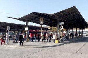 Prístrešky sú z roku 1978, na stanici sú bariéry.