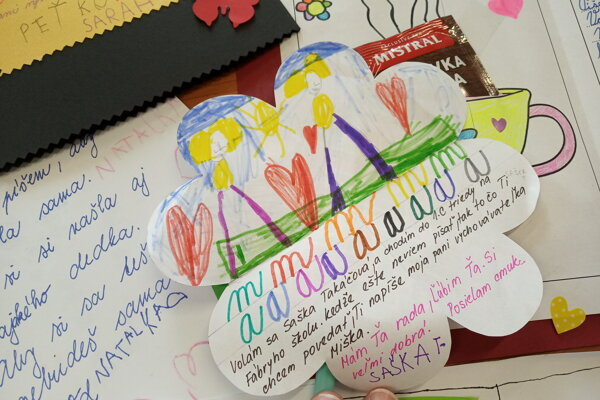 Písali aj prváci, pomohli im pri tom pani učiteľky a vychovávateľky.