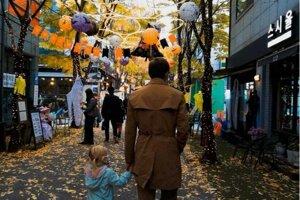 Manžel Gabriel so staršou dcérkou na prechádzke uličkou s halloweenskou výzdobou.
