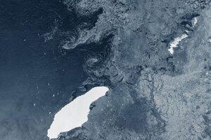 Ľadovec A68 (vľavo) zachytený európskym satelitom Copernicus Sentinel-1 v júli 2020.