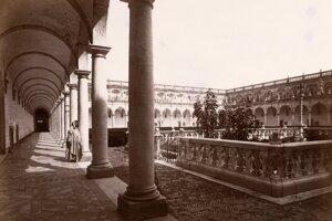 Život v kláštore kedysi vyhľadávali mnohí, radikálne rehole umožňovali pustovnícky život priamo za jeho stenami. Na fotografii Giorgia Sommera z roku 1857 zo zbierok SNG je kláštor di San Martino v Neapole a jeho Rajská záhrada.
