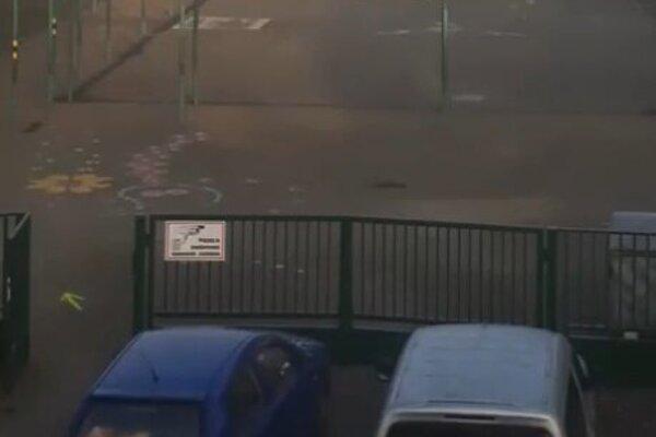 Kamera sníma odberné miesto v základnej škole.