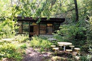 Miestny bufet, pred ktorým je sedenie pre návštevníkov i detské ihrisko.