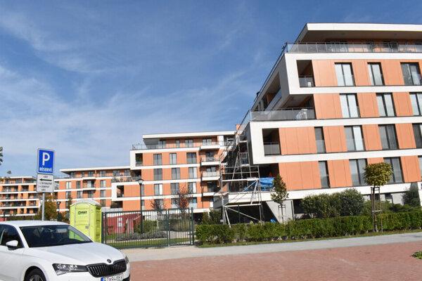 Obytný komplex stojí na bývalých pozemkoch košických vodární. Ich šéf Stanislav Hreha tam kúpil na svoje meno 24 bytov.