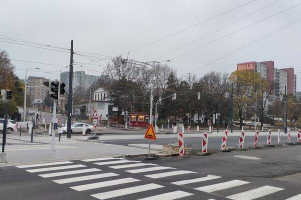 Križovatku Karloveskej a Molecovej čaká dokončenie.