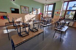 Triedy v školách sú poväčšine prázdne. Tak ako tie v Hrabušiciach.