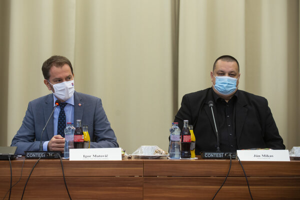 Premiér Igor Matovič a hlavný hygienik Ján Mikas počas utorňajšieho rokovania so zástupcami odvetví zasiahnutými pandémiou koronavírusu.