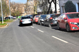 Zaparkované autá na Odborárskej ulici nútia autá jazdiť v protismere.