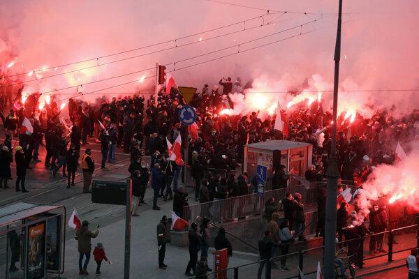 Tisíce sympatizantov krajnej pravice pochodovali centrom Varšavy pri príležitosti Dňa nezávislosti Poľska v stredu 11. novembra 2020.