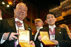 Masatoši Košiba (vľavo) s Nobelovou cenou za fyziku na archívnej fotografii v roku 2002.