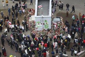 Ľudia počas zhromaždenia v Minsku v piatok 13. novembra 2020, ktoré sa konalo na pamiatku 31- ročného aktivistu opozície Ramana Bandarenku, ktorý zomrel vo štvrtok v nemocnici v Minsku po tom, čo ho na smrť zbili neznámi muži.
