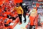 Dvojica podozrivých mužov tesne pred krádežov v obchode s náradím.