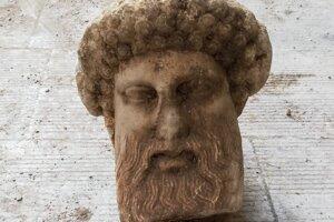 Busta antického boha Hermesa.