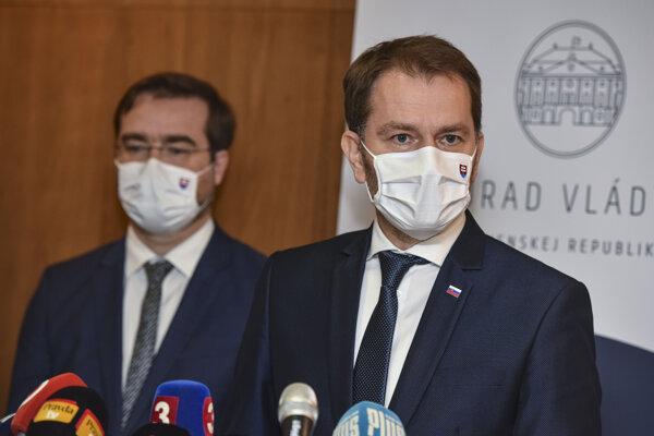 Sprava predseda vlády Igor Matovič a minister zdravotníctva Marek Krajčí počas tlačovej konferencie po zasadnutí ústredného krízového štábu 16. novembra 2020 v Bratislave.