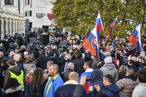 Ľudia počas protestu pred Prezidentským palácom.