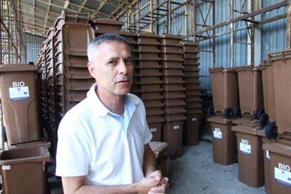 Riaditeľ Nitrianskych komunálnych služieb Ladislav Peniaško s nádobami na bioodpad, ktoré dostali obyvatelia rodinných domov už v roku 2015.