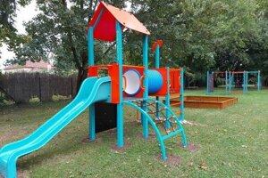 Okrem žiakov základnej školy môže mimo vyučovacích hodín využívať ihrisko aj široká verejnosť.