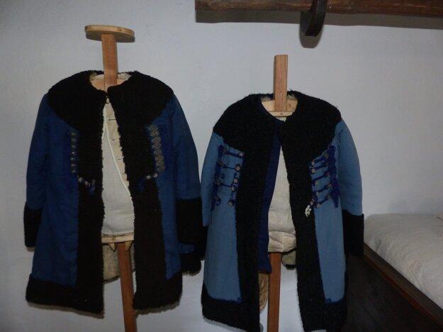 V izbe sa nachádzajú aj tradičné kroje Vrbovčanov.