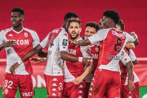 Radosť hráčov AS Monaco, v strede strelec Cesc Fabregas.