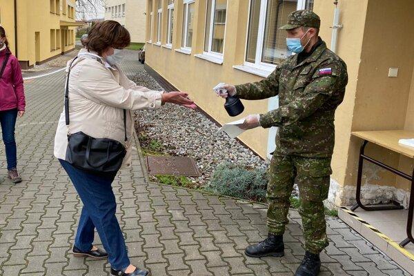 Kajakár Martin Halčin pri výpomoci na celoslovenskom plošnom testovaní.