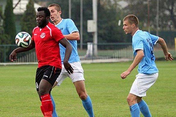 Remízu v zápase Senec - Nitra zariadil striedajúci Takwi Bernard Bong. Pri ňom Kolmokov a Kotora.