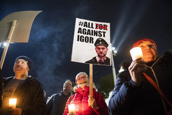 Demonštranti počas novembrového nepovoleného protivládneho protestu pred parlamentom v Bratislave.